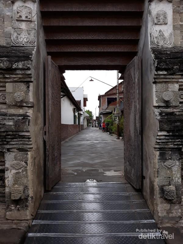 Gerbang Masjid Kotagede yang tersembunyi di ujung pemukiman penduduk