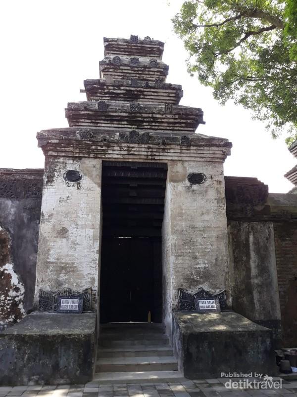 Pintu masuk ke makam Panembahan Senopati