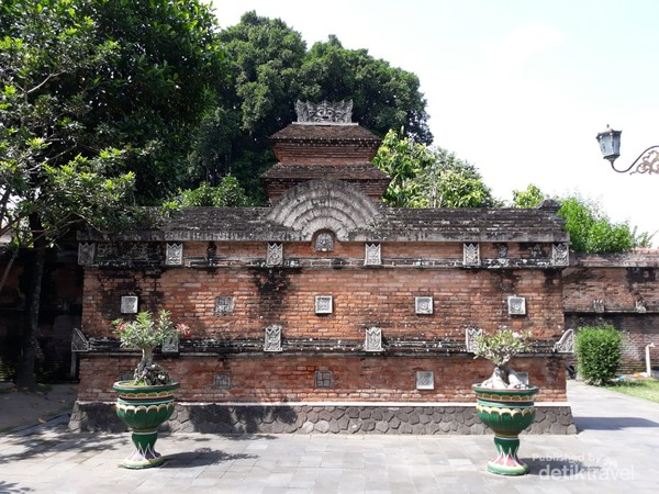 Tembok dengan ornamen khas bangunan Hindu di komplek makam Kotagede