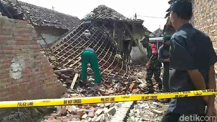 Sebuah rumah di Pasuruan ambruk pada Minggu (9/5) pagi akibat ledakan mercon. Akibatnya, bangunan dapur ambruk sementara bagian lainnya rusak berat.
