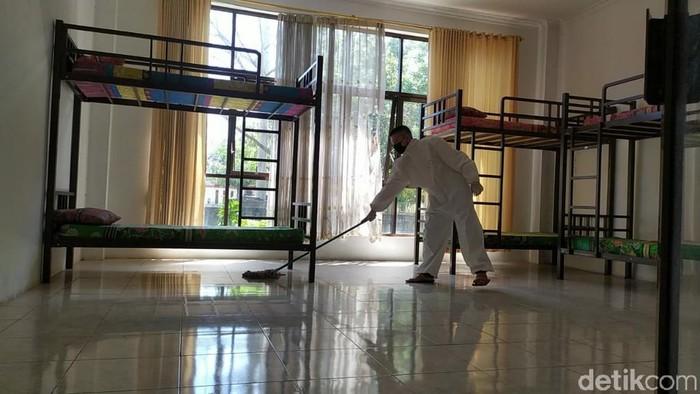 Pemuda Gereja Katolik bersihkan ruang isolasi COVID-19 di Ciamis.