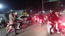 Tak Terima Dihalau Saat ke Karawang, Pemudik Blokade Jalan Arah Bekasi