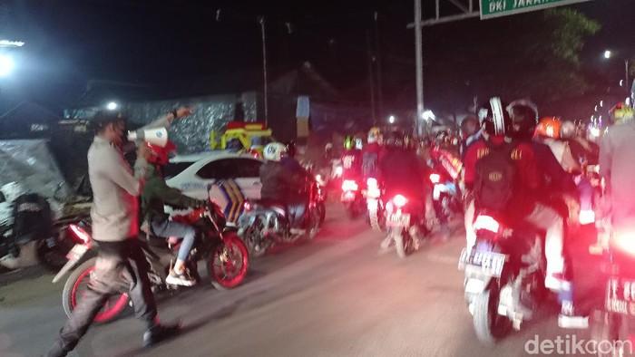 Pemudik blokade jalan arah Bekasi (Wilda Hayatun Nufus/detikcom)