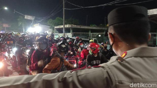 Pemudik hendak terobos sekat di Bekasi-Karawang (Wilda/detikcom)