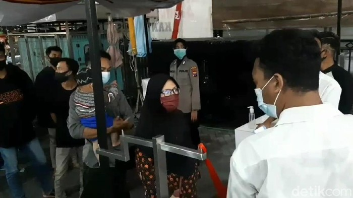 Empat hari menjelang Lebaran, pusat perbelanjaan di Kota Pasuruan dipadati pengunjung. Satgas COVID-19 terjun ke sejumlah lokasi untuk memastikan tak ada kerumunan.