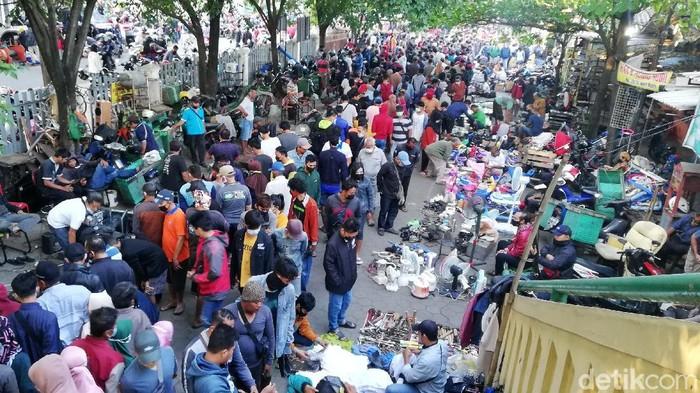 Pengunjung Pasar Klithikan Notoharjo, Semanggi, Solo, membeludak, Minggu (9/5/2021).