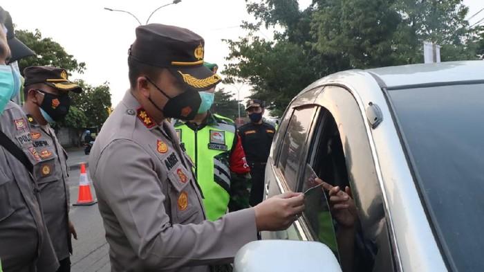 Penyekatan terkait larangan mudik 2021 di Gresik terus diperketat. Travel yang membawa belasan pelajar dari Rembang tujuan Surabaya diputar balik di Gresik.