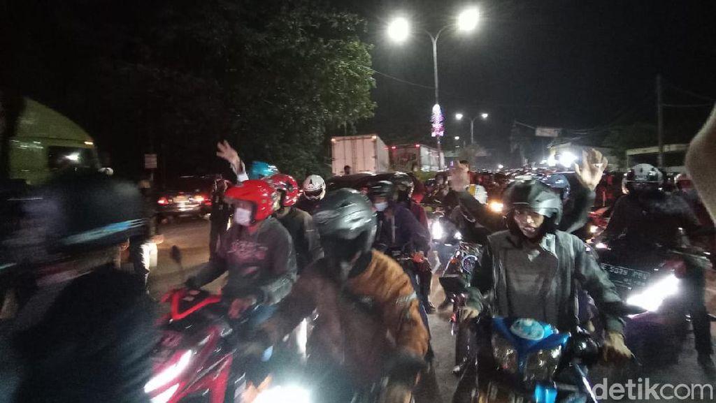 Saat Pemudik Blokade Jalan-Lawan Arus di Penyekatan Bekasi-Karawang