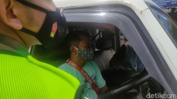Penyekatan kendaraan di Pos Segar Alam Puncak Cianjur.