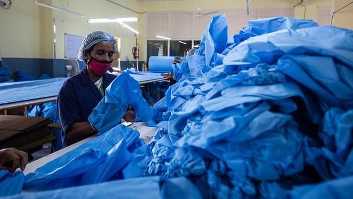 Permintaan akan alat pelindung diri (APD) meningkat di tengah melonjaknya kasus Corona di India. Para buruh wanita di sana pun kerja lembur demi memproduksi APD