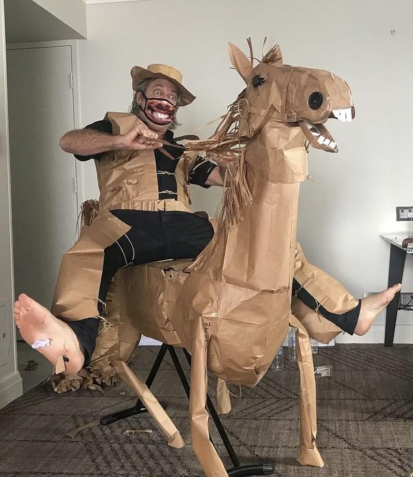Memanfaatkan benda-benda di sekitarnya, Marriott menciptakan kuda yang dia beri nama Russell. Russell terbuat dari papan setrika dan lampu meja yang dibungkus menggunakan kertas pembungkus makanan berwarna coklat. (AP)