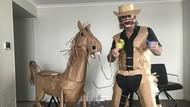 Bosan Karantina, Pria Ini Malah Jadi Koboi dan Bikin Kuda Kertas di Hotel