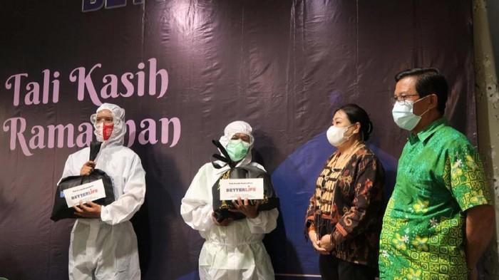 Yayasan Betterlife Berkah Semesta berbagi sembako kepada pekerja di garis depan penanggulangan pandemi COVID-19. Ada ratusan pekerja yang mendapat sembako itu.