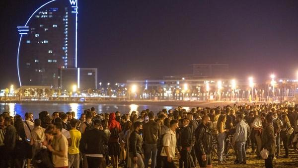 Pemerintah pun mengatakan meski aturan jam malam telah dicabut, bar dan restoran tetap diwajibkan untuk tutup di tengah malam. Petugas kepolisian pun akan berpatroli di tengah malam guna mengantisipasi warga minum di jalanan.