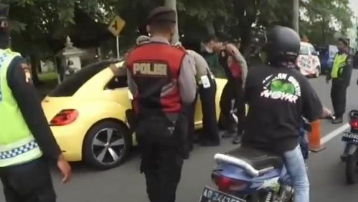 Tangkapan layar video viral mobil terobos pos penyekatan pemudik di Prambanan, Klaten, Sabtu (8/5/2021).