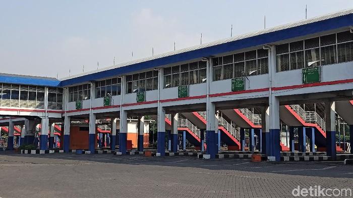 Aktivitas di Terminal Purabaya tampak lengang. Meski masih beroperasi layani penumpang non mudik, tak tampak hiruk pikuk calon penumpang di terminal tersebut.