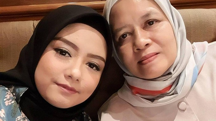 Tika Ramlan eks T2 dan ibunya