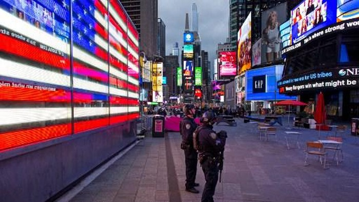 NYP officers stand guard after two women and a four-year-old girl were injuring by gun fire in Times Square, New York on May 8, 2021. - A shooting in New Yorks bustling Times Square has injured two women and a four-year-old girl, in an incident US authorities were still scrambling to understand, police said Saturday. (Photo by Kena Betancur / AFP)
