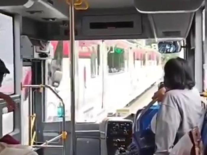 Viral video kecelakaan Bus Batik Solo Trans (BST) dan Kereta Api (KA) Batara Kresna di Jalan Slamet Riyadi, Solo, Minggu (9/5/2021).