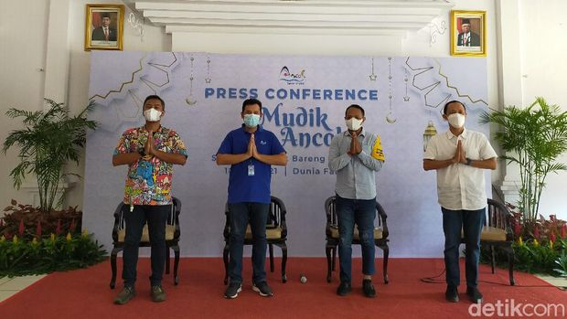 Konferensi pers di Balai Kota Dunia Fantasi Ancol jelang Idulfitri, Senin (10/5).