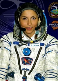 Lahir di Iran, tapi berpaspor Amerika Serikat menasbihkan Anousheh Ansari sebagai astronaut muslim wanita pertama yang bertugas di luar angkasa. Ia melakukannya pada September 2006.