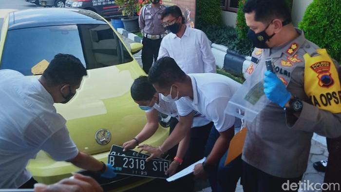 Barang bukti mobil VW Beetle yang digunakan pemobil ABG terobos penyekatan dan tabrak polisi di Pos Prambanan, Klaten. Mobil ini dihadirkan saat jumpa pers di Mapolres Klaten, Senin (10/5/2021).