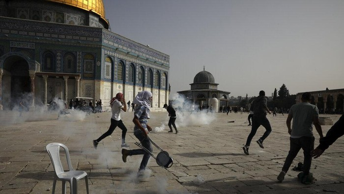 Palestinians clash with Israeli security forces at the Al Aqsa Mosque compound in Jerusalems Old City Monday, May 10, 2021. Israeli police clashed with Palestinian protesters at a flashpoint Jerusalem holy site on Monday, the latest in a series of confrontations that is pushing the contested city to the brink of eruption. Palestinian medics said at least 180 Palestinians were hurt in the violence at the Al-Aqsa Mosque compound, including 80 who were hospitalized. (AP Photo/Mahmoud Illean)
