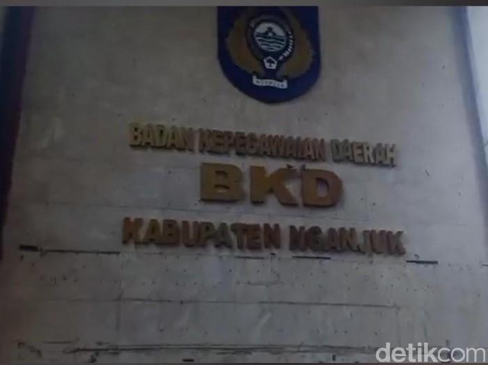 Bupati Nganjuk Novi Rahman Hidayat terjaring operasi tangkap tangan (OTT) KPK. Selain Novi, ada tiga camat yang ikut terjaring.