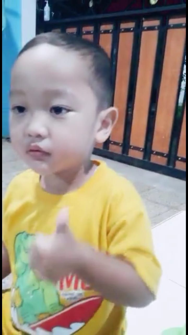 Bocah 4 Tahun Tak Bisa Makan Tanpa Sambal, Netizen: Penerus Tanboy Kun!