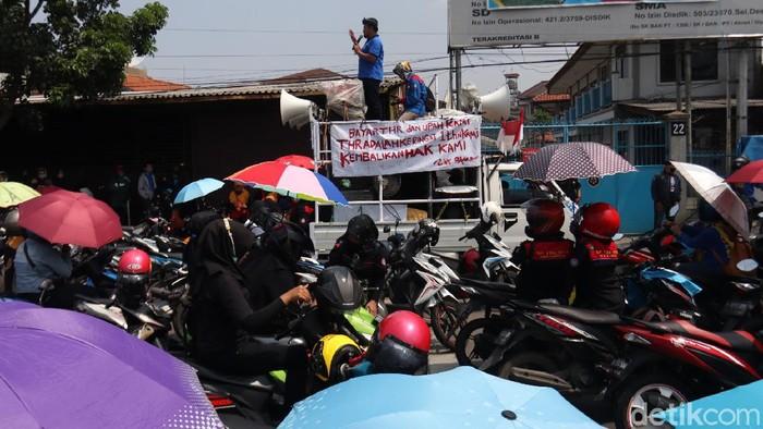 Buruh di Bandung Tagih Pembayaran THR