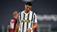 Foto: Cristiano Ronaldo Tertunduk, Matanya Berkaca-kaca