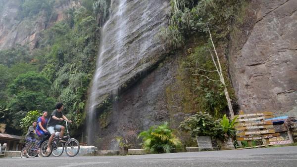 Pengunjung bersepeda di objek wisata Lembah Harau, Kabupaten Limapuluhkota, Sumatera Barat, Minggu (9/5/2021). ANTARA FOTO/Iggoy el Fitra
