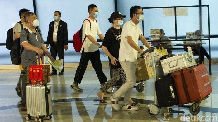 Kedatangan rombongan Tenaga Kerja Asing (TKA) asal China di Bandara Internasional Soekarno-Hatta jadi sorotan.