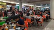 Food Court Royal Plaza Penuh, Pengunjung Bukber Antre Cegah Kerumunan