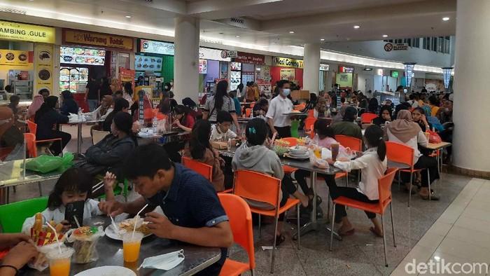Di lantai atas tepatnya di food court tampak penuh. Pengunjung harus mengantre bergantian masuk agar tidak menimbulkan kerumunan.