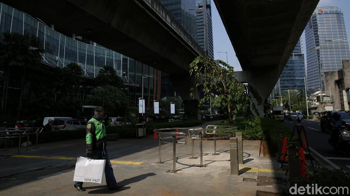 Portal S di depan Mal Kuningan City Jakarta Selatan  telah terpasang kini trotaorpun bebas dari para pemotor.