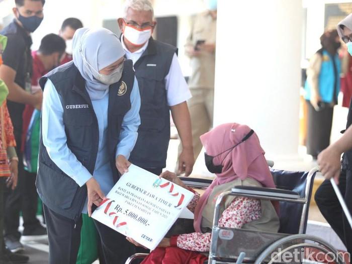 Gubernur Khofifah memberikan santunan ahli waris pasien meninggal COVID-19