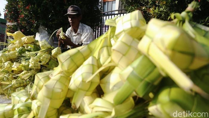 H-3 menjelang hari raya Idul Fitri 1442 H, penjualan kulit ketupat musiman mulai marak. Seperti di Pasar Tradisional Cileungsi, Kabupaten Bogor, pedagang kulit ketupat musiman meraup berkah Lebaran.