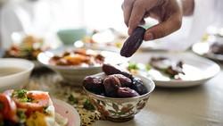 Hikmah di Balik Anjuran Nabi Makan Pakai 3 Jari