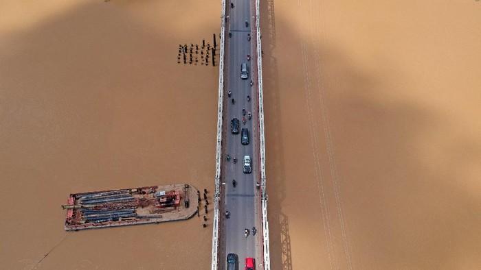 Kendaraan melintas di Jalan Lintas Tengah Sumatera, Sarolangun, Jambi, Senin (10/5/2021). Lalu lintas kendaraan pribadi di jalan penghubung Provinsi Sumatera Selatan dengan Sumatera Barat tersebut terpantau sepi dan hanya didominasi kendaraan angkutan barang. ANTARA FOTO/Wahdi Septiawan/pras.