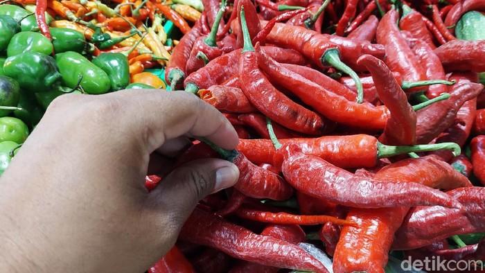 Sejumlah komoditas pangan di Kota Bandung mengalami kenaikan harga menjelang Lebaran 2021. Di Pasar Kosambi, harga daging sapi, ayam potong dan cabai tanjung mengalami kenaikan.