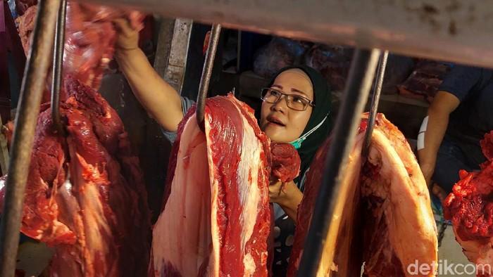 Sejumlah komoditas pangan di Kota Bandung mengalami kenaikan harga jelang Lebaran 2021. Sebagaimana berlangsung di Pasar Kosambi, harga daging sapi, ayam potong dan cabai tanjung mengalami kenaikan per kilogramnya.