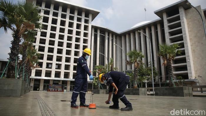 Petugas PLN melakukan pengecekan tegangan listrik bawah tanah di Masjid Istiqlal, Jakarta, Senin (10/5/2021). Menghadapi Hari Raya Idul Fitri 1422 H atau tahun 2021, PLN Unit Induk Distribusi Jakarta Raya melakukan siaga pasokan listrik di Ibu kota dan sekitarnya pada tanggal 6-21 Mei 2021.