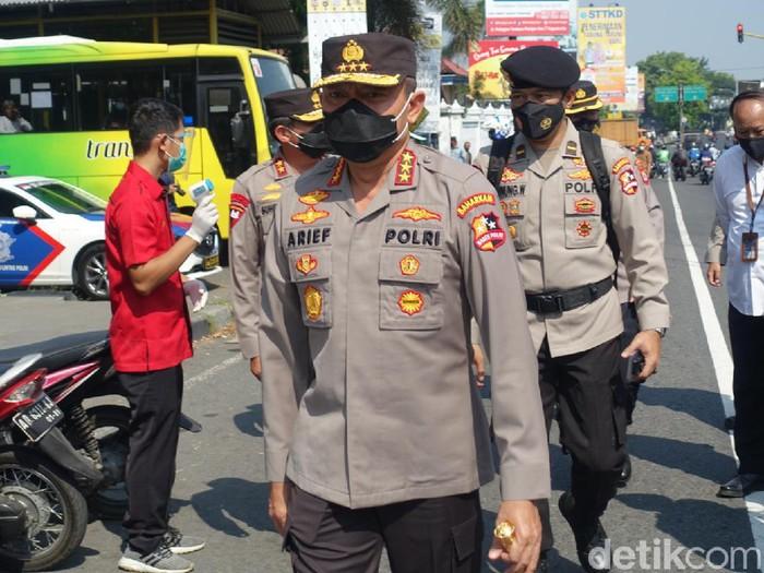 Kepala Badan Pemeliharaan Keamanan (Kabaharkam) Polri Komjen Arief Sulistyanto saat meninjau penyekatan di Pos Prambanan, Sleman, Senin (10/5/2021).