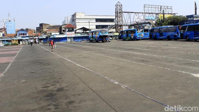 Suasana di Terminal Cicaheum Kota Bandung sepi pada H-3 Idul Fitri atau pada Senin (10/5/2021). Pasalnya, ratusan armada bus baik AKDP dan AKAP tak bisa beroperasi seiring dengan kebijakan larangan mudik yang ditetapkan pemerintah pada 6 - 17 Mei 2021.