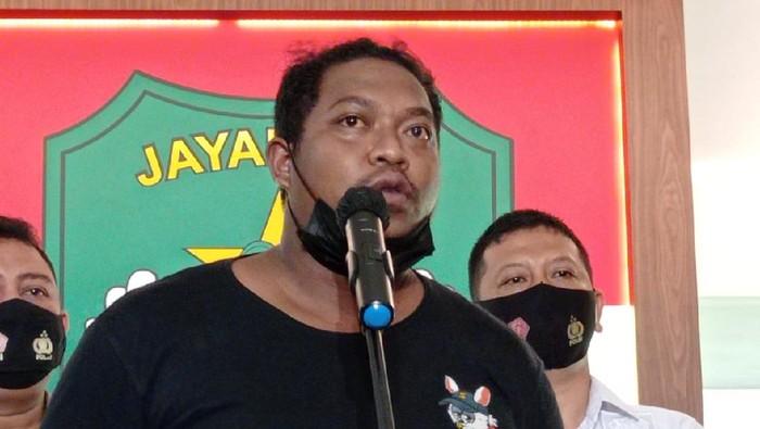 Koordinator debt collector, Hendrik Liatongu minta maf soal pengepungan Serda Nurhadi dalam proses penarikan kendaraan leasing, Senin (10/5/2021).