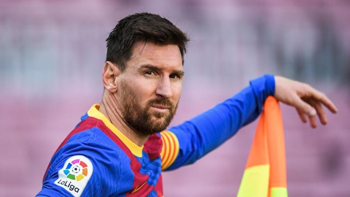 BARCELONA, SPAIN - MAY 08: Lionel Messi of FC Barcelona looks on during the La Liga Santander match between FC Barcelona and Atletico de Madrid at Camp Nou on May 08, 2021 in Barcelona, Spain. Sporting stadiums around Spain remain under strict restrictions due to the Coronavirus Pandemic as Government social distancing laws prohibit fans inside venues resulting in games being played behind closed doors. (Photo by David Ramos/Getty Images)