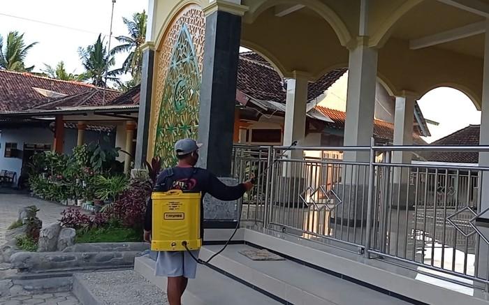 masjid di Dusun Yudomulyo Banyuwangi disemprot disinfektan