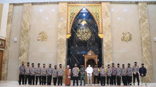 Sebuah masjid berdiri megah di komplek Polres Tuban. Masjid ini terdiri dari 2 lantai dengan atap kubah berwarna kuning.