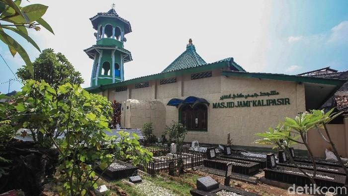 Warga beribadah di Masjid Kalipasir, Kota Tangerang, Banten, beberapa waktu lalu. Masjid yang didirikan 1700an Masehi merupakan masjid tertua di Kota Tangerang. Struktur bangunan dan desain masih dipertahankan seperti saat dibangun lebih dari 3 abad lampau. Menurut sejumlah naskah,. masjid tersebut dibangun oleh Tumenggung Pamit Wijaya saat memulai penyebaran Islam di wilayah Banten. Saat ini, masjid yang berada di sisi Sungai Cisadane tersebut sudah dikelilingi pemukiman padat penduduk.